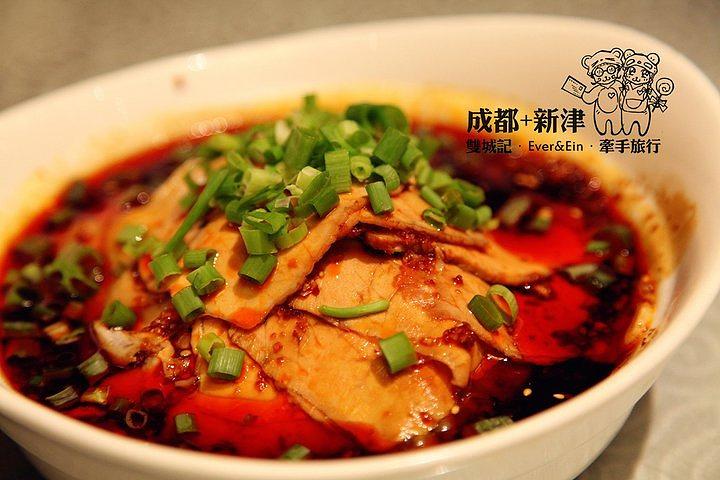 """麻婆豆腐是传统经典川菜之一,主要原料由豆腐构成,材料主要有豆腐、牛肉碎(也可以用猪肉)、辣椒和花椒等。麻来自花椒,辣来自辣椒,这道菜突出了川菜""""麻辣""""的特点。此菜大约在清代同治初年(1874年以后),由成都市北郊万福桥一家名为""""陈兴盛饭铺""""的小饭店老板娘陈刘氏所创。因为陈刘氏脸上有麻点,人称陈麻婆,她发明的烧豆腐就被称为""""陈麻婆豆腐""""。"""