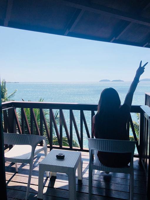 放一张郝姐姐的摆拍照,这是我们海景房的阳台.