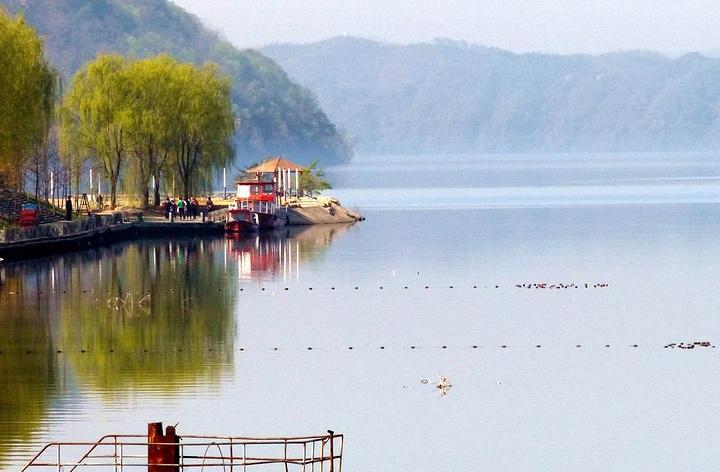 鸭绿江河口风景区是我国少有的原始生态旅游区,沿江两岸千峰竞秀,九岛
