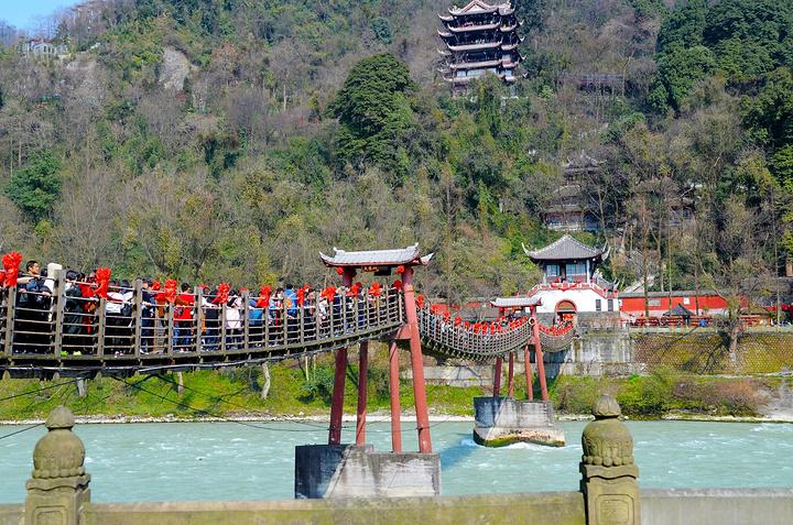 都江堰风景区主要有伏龙观,二王庙,安澜索桥,玉垒关,离堆公园,玉垒山