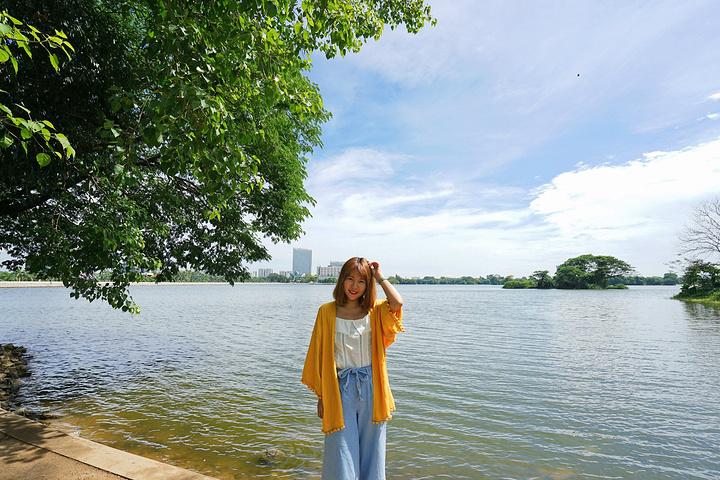 漫步于茵雅湖畔,随处可见小情侣在湖边乘凉
