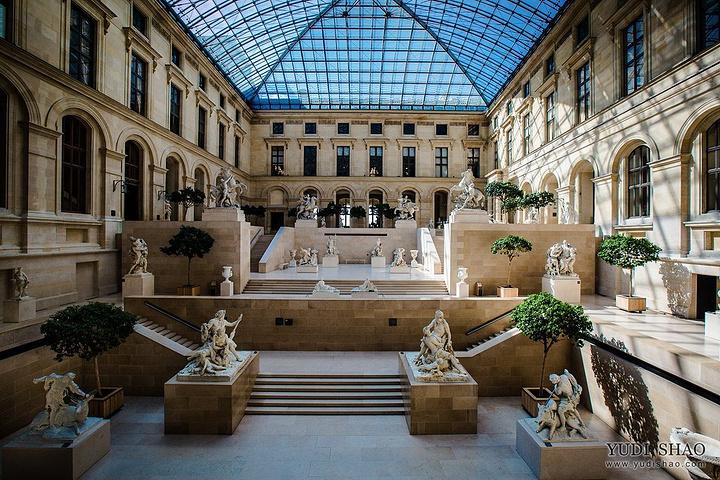 1793年8月10日,卢浮宫艺术馆正式对外开放,成为一个博物馆。卢浮宫藏有被誉为世界三宝的断臂维纳斯雕像、《蒙娜丽莎》油画和胜利女神石雕,拥有的艺术收藏达40万件以上,包括雕塑、绘画、美术工艺及古代东方,古埃及和古希腊、古罗马等6个门类。从古代埃及、希腊、埃特鲁里亚、罗马的艺术品,到东方各国的艺术品,有从中世纪到现代的雕塑作品,还有数量惊人的王室珍玩以及绘画精品等等。卢浮宫已成为世界著名的艺术殿堂,最大的艺术宝库之一,是举世瞩目的万宝之宫。