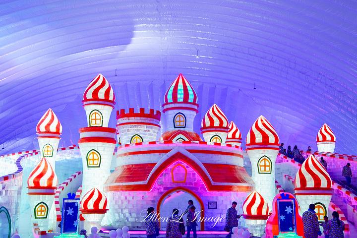 也可以体验冰滑梯的娱乐项目,充满无穷乐趣_哈尔滨冰雪大世界室内冰雪图片