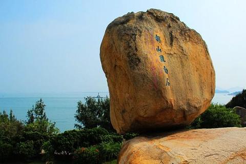 东南是著名的闽南渔场和粤东渔场交汇处;北经八尺门海堤,同云霄县接壤