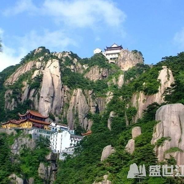 九华山风景区是全国著名游览避暑胜地,景区内古刹林立,香烟缭绕,是