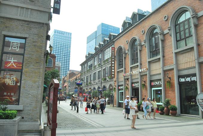 名字很中式,但是建筑风格很欧式的一条商业步行街,很有小资情调,消费图片