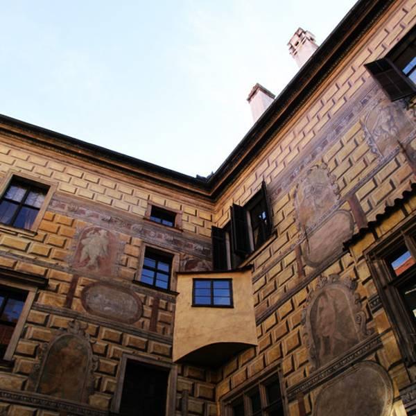 笔画出来的 这种做法后来也普及到捷克的其他地方,成为当地建筑的一大