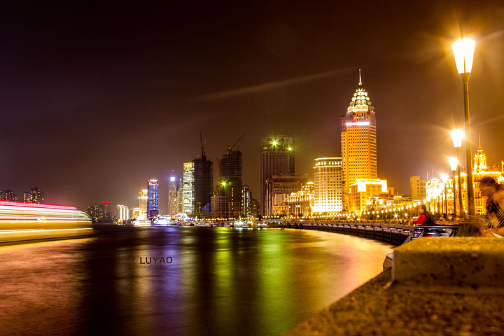 外灘位于上海市中心黃浦區的黃浦江畔,它曾經是上海十里洋場的風景