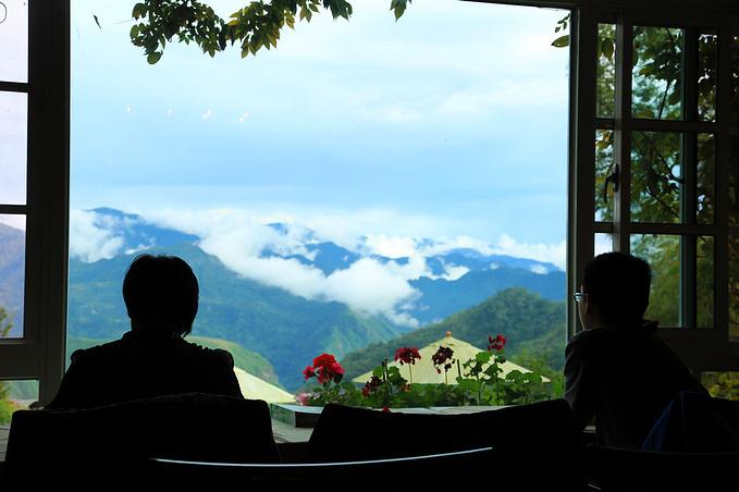 坐在楼下大厅看风景的香港一家人,这民宿几乎没什么大陆人,基本都是