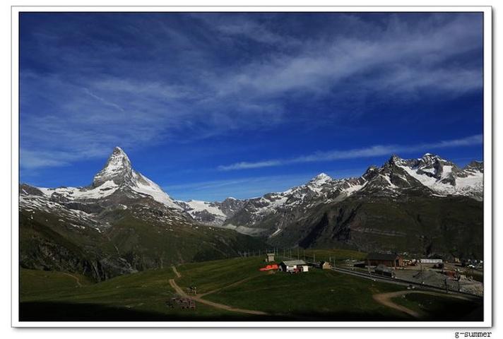 一路的风景非常优美,如果想在行车中更好的欣赏角峰,一定要坐在火车行