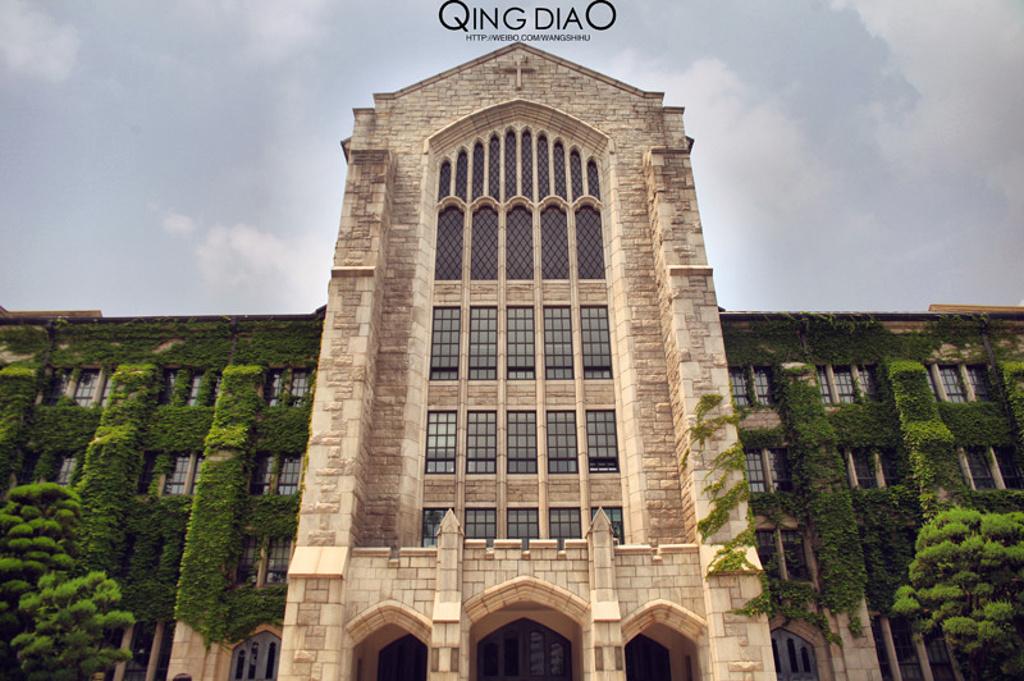 弘益大学:位于韩国首尔地区,创建于1946年,是一所四年制的重点综合性大学。是韩国优秀的前十名大学,并在艺术领域最为突出,尤其以美术、设计专业最为著名,是韩国优秀综合大学,更是韩国顶级的艺术与设计院校。除此之外人文社科系与工科系也享有一定名誉,建筑学、电子信息、控制工程、海洋工程、工商管理、艺术经营学、广告宣传、舞台设计、表演艺术、影视多媒体设计以及动画游戏专业等科目更是韩国相关专业领域的奠基者。韩战期间,曾迁校于釜山。韩战结束后,再度迁校于首尔。并于1955年迁校于现在的首尔校区。其后,随着校园的扩建