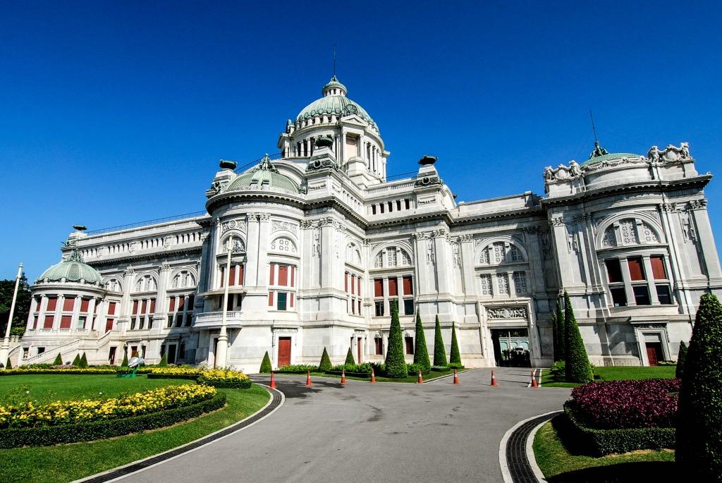 阿南达皇家御会馆又叫泰国皇家博物馆,旧国会大厦,建于拉玛五世时期,以巴洛克和文艺复兴时期的建筑为蓝本建造,建筑材料是大理石。原为王室接待外宾、举办重要仪式的地方,现在已经改造成了对游客开放的王室艺术品收藏展示馆。馆内有很多要求,比如,男士必须穿长裤,女士必须穿长裙(长裤也不行的),上身必须有袖,长短都可以,只要有袖都成。除了钱包,什么都不可以带进去,饮料、零食、多小的背包都不可以。门口那里有专门供有游客免费存行李的小柜子。因为手机相机都没有带进去,所以没有什么照片,只有建筑物的外观照片。大堂里有肃穆的长椅