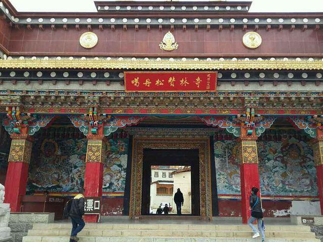 寺院建筑荟萃了藏族宗教文化的精华,建筑金碧辉煌,造型丰富多彩的镀金