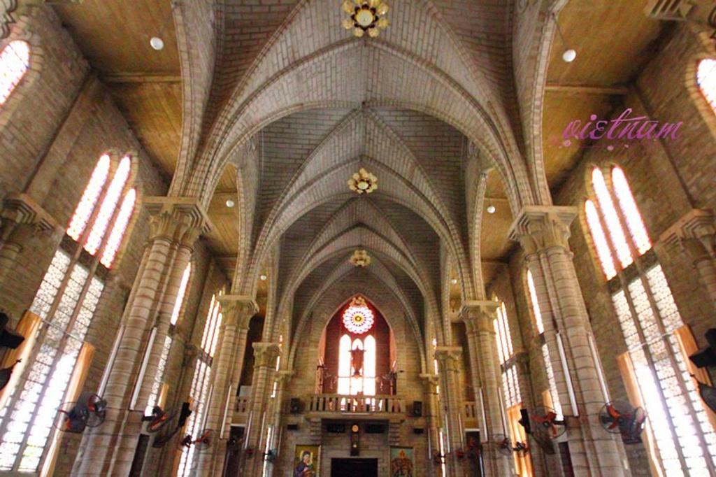 芽庄大教堂是一座哥特式教堂,建于1928~1933年.