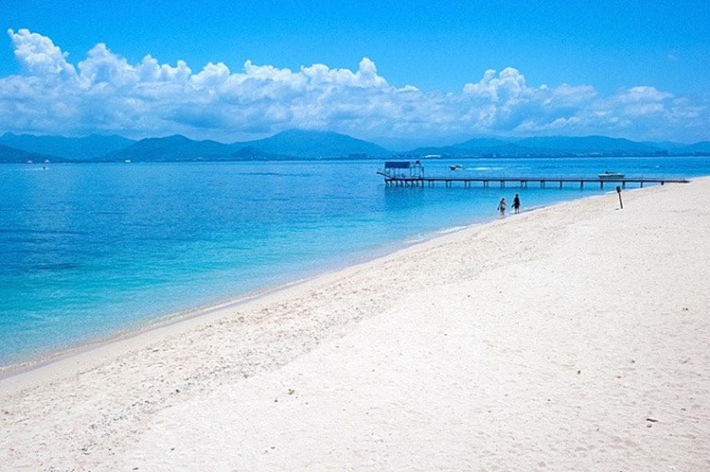 西岛的环岛海域生长着大量美丽的珊瑚,保护完好,所以也很适合潜水,项目分远海潜水、堡礁潜水、岸礁潜水等,价格也各不相同,选择自己喜欢的就好。我因为在泰国的皮皮岛玩过深潜了,就没有选择,只是等候同行的朋友去玩儿。