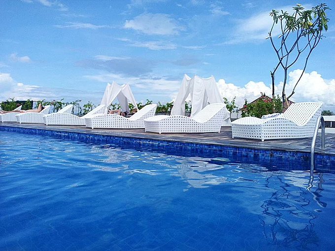 屋顶泳池_酒店屋顶的游泳池图片