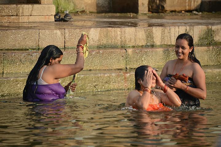 和思路切回河边洗澡的印度妇女们,一 恒河评论 去哪儿攻略社区图片