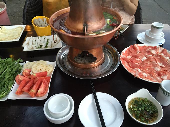 晚上吃火锅了 跟老婆找了很久才找到的小铜锅火锅