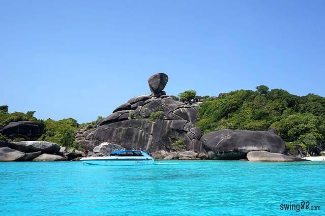 """斯米兰群岛的标志——8号岛上的""""象头岩""""."""