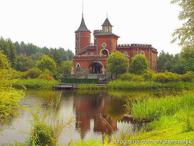 河对岸的古堡身影,谁能想到它竟然是新建的呢.古老的吊灯