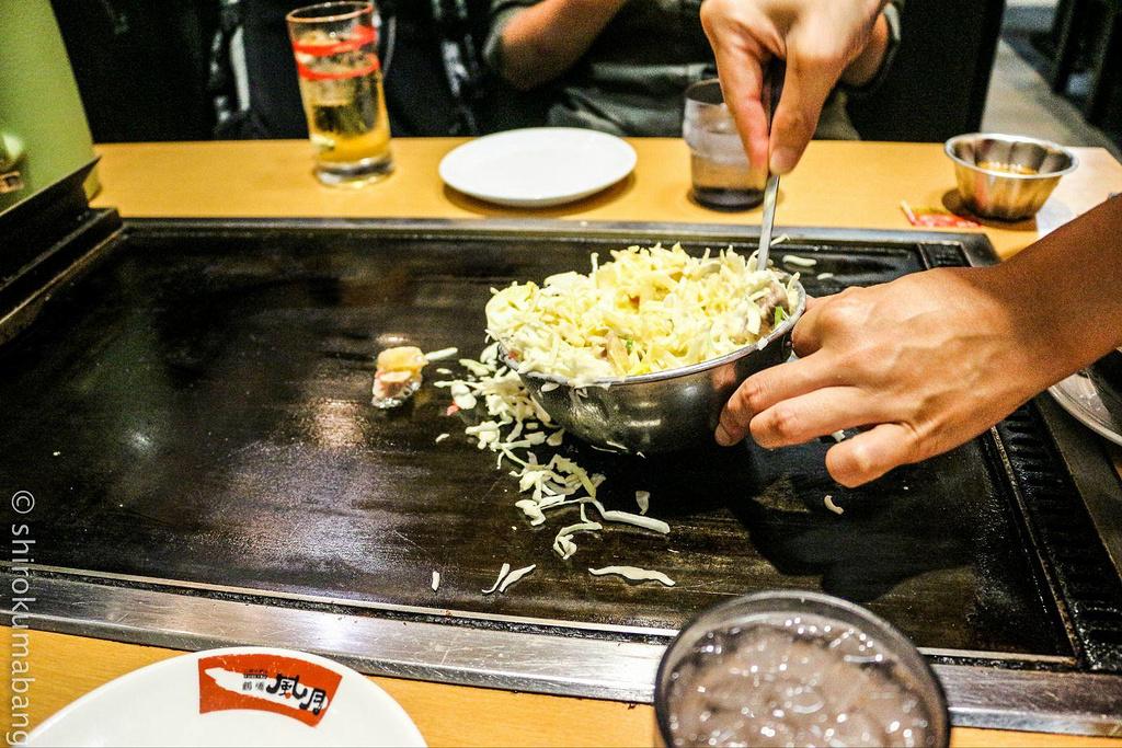 创业60多年的老店铺,这里能吃到非常地道的大阪烧。大阪烧的材料非常丰富,可以集猪肉、牛肉、鱿鱼、虾、蟹、鸡蛋于一身,配上满满的卷心菜丝、沙律酱及木鱼片,最后涂上的酱汁用料很足,甜甜的,很入味。外表酥脆,有点焦焦的才好吃,里头松软香嫩,咬下一口,各种食材的组合非常美味。服务员会在你面前制作,大约15-20分钟出炉,每个人的手艺都很娴熟。由于是在铁板上翻炒的,最好点份冰饮,可以降降温。除了具有特色的大阪烧外,炒面也很推荐,会有夏季期间限定款哦。店内座位数挺多,有个临窗的位子很受欢迎,在29楼可以眺望大阪的美景