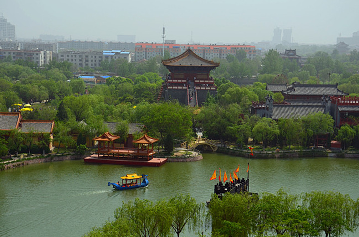 位于开封城的西北角,整个主题公园再现了画中宋朝时候的人物风景,这里