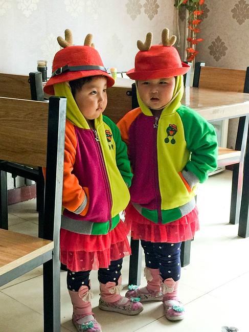 吃午饭看见的一双可爱的蒙古族小孩