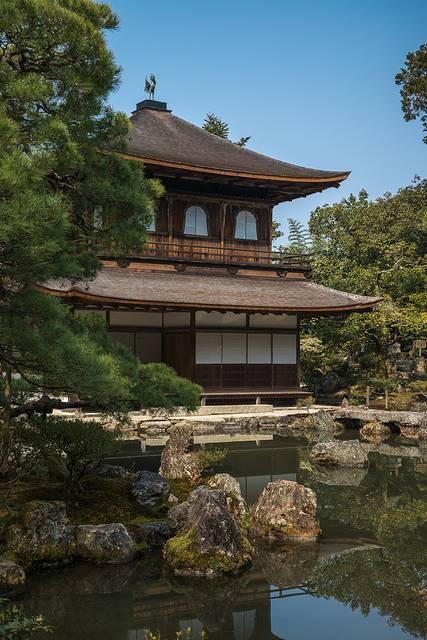 不过,日本古建筑的特点,木结构建筑不施彩绘,多为原木本色.