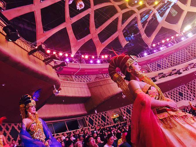 场舞到新疆去_我本来是想要去著名的二道桥大巴扎看新疆歌舞表演,朋友安排到了刚