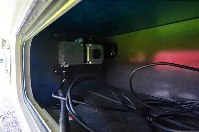 充电,将插头从车内部拔出,插到房车营地接线口上,向上推保险,完成.