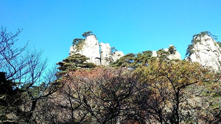 很近就是石笋矼了,有小观景台左面有个戴帽的阿诗玛,左侧近中间有采药
