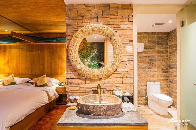 干湿分离的卫生间,装修的风格也和森林主题非常融洽,藤编的镜子和石