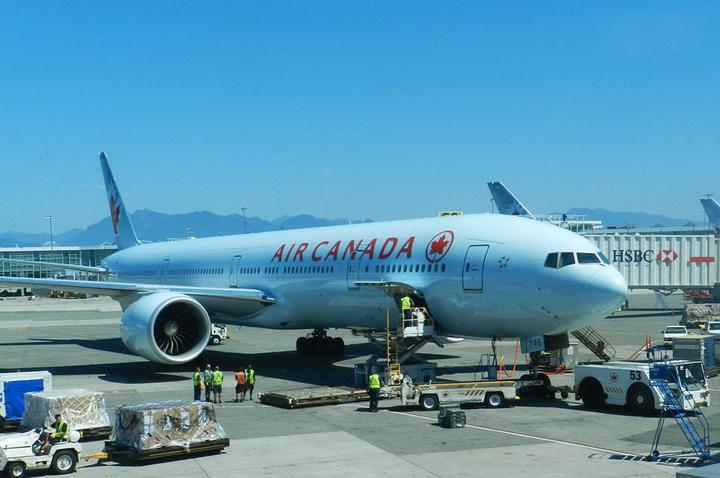 玻璃窗外是加航的飞机