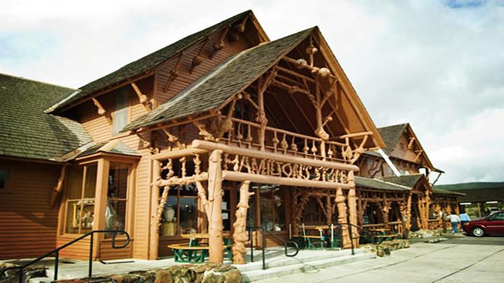 在具有历史感的棕色木质木屋中购物,仿佛回到美国西部古老的年代.