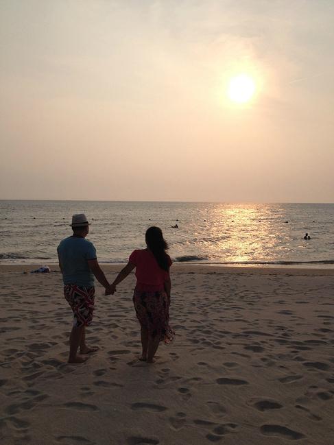 手牵手,散步沙滩看最美日落