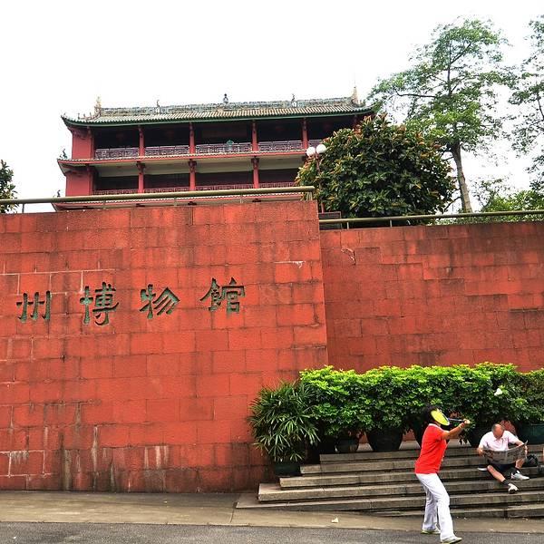 广州博物馆也是坐落在广州市越秀公园内,建筑物以及外墙的整体暗红色