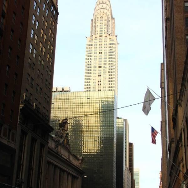 克莱斯勒大厦Chrysler Building 克莱斯勒大厦是受克莱斯勒汽车制造公司的创建者沃尔特P克莱斯的委托而建造的。它建于1926年1931年的纽约市。它是第一座摩天大楼,高度超过305米77层。金属鹰滴水嘴从61楼上凝视着下面的街道。沃尔特P克莱斯勒要求将它们制成看上去与汽车散热器帽盖的装饰物一样,作为他显赫的汽车制造帝国的标记。