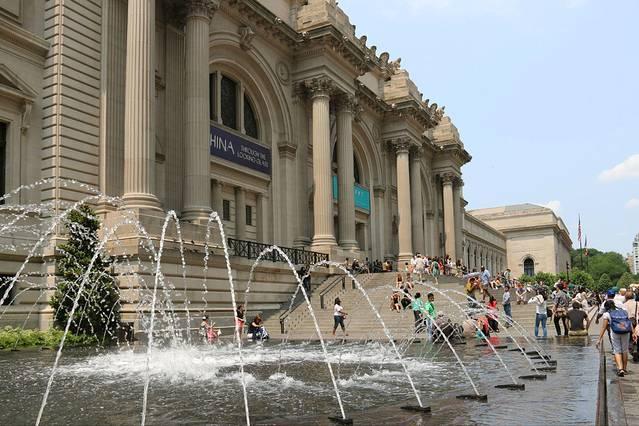 纽约之旅刚刚筹划之际,去过的盆友就给出建议,一定要去大都会艺术博物馆,乍听觉得,本人没有这么文艺范,逛博物馆好像不是我的菜,当时对这个建议并没有太在意。 来到纽约的第四天,正好住上西区,离两个博物馆都很近了,索性决定去逛一逛,心想反正门票是随意捐的,不好很快就可以闪人了。怀揣着怀疑之心,向大都会博物馆出发了! 大都会博物馆的交通很方便的,M1、2、3、4均可到达,地铁也可以,不过要小走一段。 巴士一下车就是博物馆门口,第一感觉是,好宏伟的建筑,很震撼,顿时有了感觉!本来想拍拍照片的,不过实在是太大了,相机