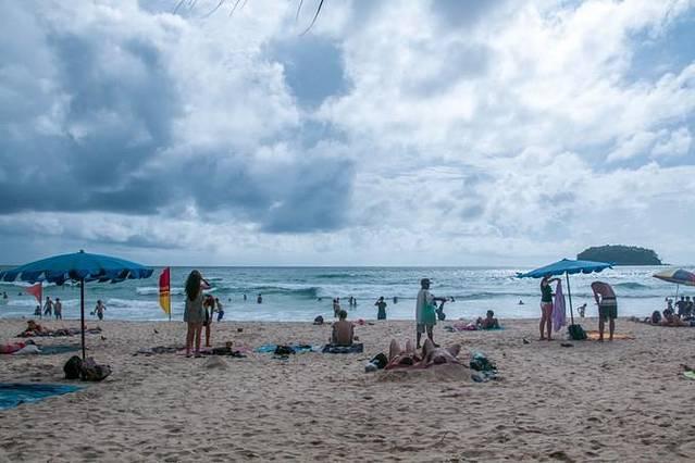 芭东海滩/巴东海滩(Patong Beach)是普吉岛(Phuket)最著名的海滩度假胜地,尤以各式各样的活动和夜生活而闻名,是举办派对和潇洒放纵的理想场所。到了晚上,芭东海滩有一条热闹非凡的夜市街邦古拉街(Bangla Road),包括数以百计的餐厅、啤酒屋、裸裸吧(Go Go Bars)和夜总会。当然,夜里的芭东海滩也有安静的部分。我在芭东海滩住的青旅是Patong Marina,位于芭东海滩的核心位置,马路对面就是海边,步行10min可到芭东夜市。我住的20人间,别看人多,房间和床位都很大,每张床