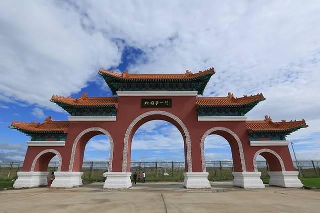 满洲里是中俄边境的重要口岸,到满洲里旅行的人很多,位于41号界碑处的国门,则是所有到满洲里旅行的人的必到之处。 满洲里国门,是一幢位于中俄边境中方一侧的乳白色高大门状建筑。国门庄严肃穆,乳白色的门体上方嵌着中华人民共和国七个鲜红大字,上面悬挂的国徽闪着的金光,中俄间的国际铁路则在下面通过。登上国门观光层,俄境内贝加尔斯克区的车站、建筑、街道、行人尽收眼底,而中方一侧的41号界碑广场、火车头广场等景点,以及专门从事边贸的商业设施也一览无余。在国门景区内,历史上发挥过重要作用的1861号火车头,现在专门安置