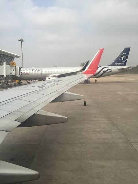 13点飞机缓缓降落在北京城郊区的南苑机场
