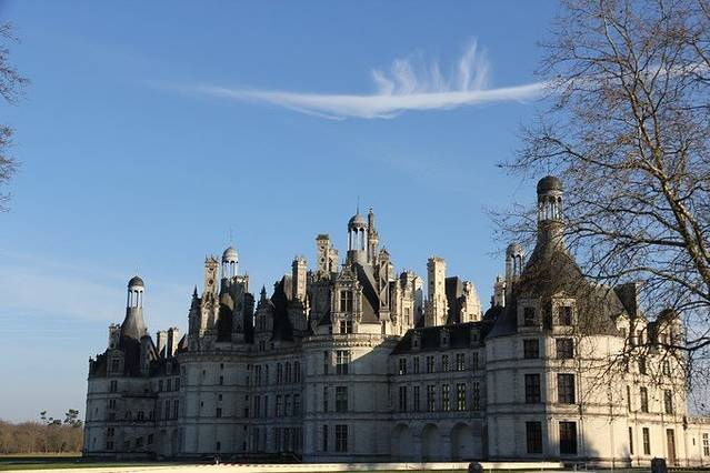 停在香波堡的停车场的41路旅游专线车。 有500多年历史的香波堡坐落在法国卢瓦河左岸5千米外的科松镇,是卢瓦尔河谷所有城堡中最宏伟也是最大的一个,占地5225公顷,其32公里的围墙是法国最长的一垛围墙。她入选欧洲最美十大城堡,还是卢瓦河谷城堡中唯一一座被列入世界文化遗产名录,被称为法国文艺复兴时期最具标志性的建筑,拥有如此多美誉的香波堡毫无疑问成了到卢瓦河谷的必去之地。