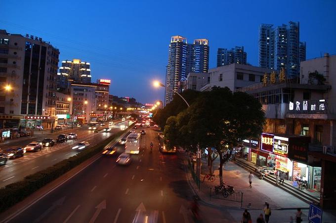 客栈门口的马路夜景.图片