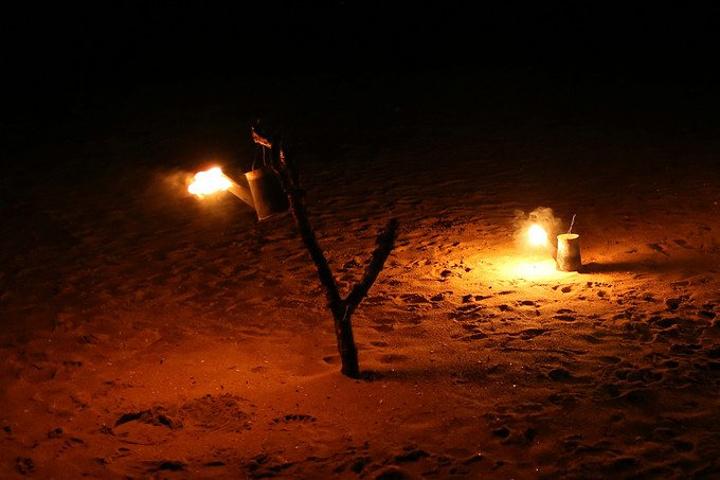 晚上海滩上燃烧的小油桶