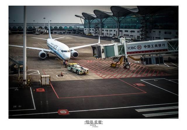 重庆江北国际机场,位于中国重庆市渝北区两路街道,距离市中心19公里,是中国八大区域枢纽机场之一,也是中国第五个实行72小时过境免签政策的航空口岸。 江北机场的交通非常便利,乘坐轨道交通三号线,到江北机场站下车,二口出来就直接是大厅。但毕竟距离市区有这么远的距离,所以如果是早上特别早的航班,或者说生意航班,个人建议是可以在机场旁边住一晚上的,机场旁边的住宿,一般来说也就100来块钱一晚,而且都是包含接送机接送站也就说你从地铁站下来之后他们会有车来接你,然后第二天早上再早都会有车送你,而且他们对于这个航班的起