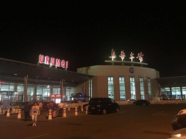 夜幕下的乌鲁木齐地窝堡国际机场