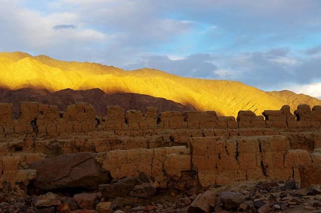 石头城的遗址在该县城北面的小山上,至今已有1300年历史.