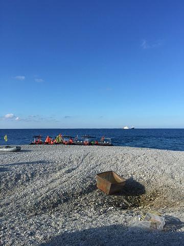 鸭公岛是由珊瑚和礁石构成的,岛中有一个随海潮涨落的小湖.