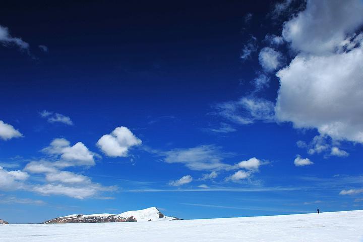 杀向祁连 杀上八一冰川 , 该冰川是一个发育于平缓山顶的冰帽型冰川,根据冰川编目资料,八一冰川是黑河干流河源区最大的冰川。 通往八一冰川的路非常难走,从野牛沟乡往派出所的方向出乡,一路沿着那条路走,行驶约六十公里后,有一个路牌指向八一冰川,那条路均为沙石路,目前正在修建柏油路,约走50公里的路后,即到达八一冰川。
