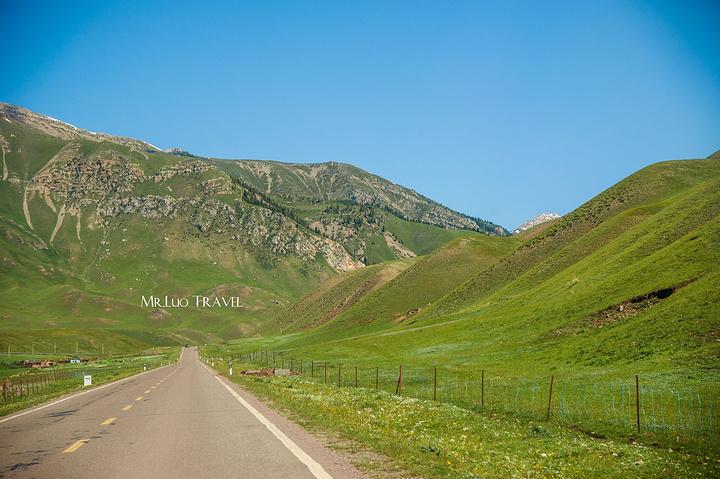 伊昭公路沿途风景真不是盖的,有草原,有高山,还有雪山.